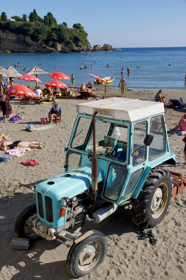 Hema_Montenegro_la_cote_adriatique_ulcinj_blog_voyage_travel_beach_tracteur_tractor_funny_drole