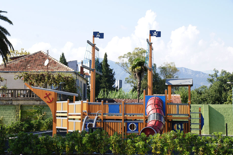 Hema_Blog_Voyage_travel_Porto_Montenegro_children_playground_pirate_boat