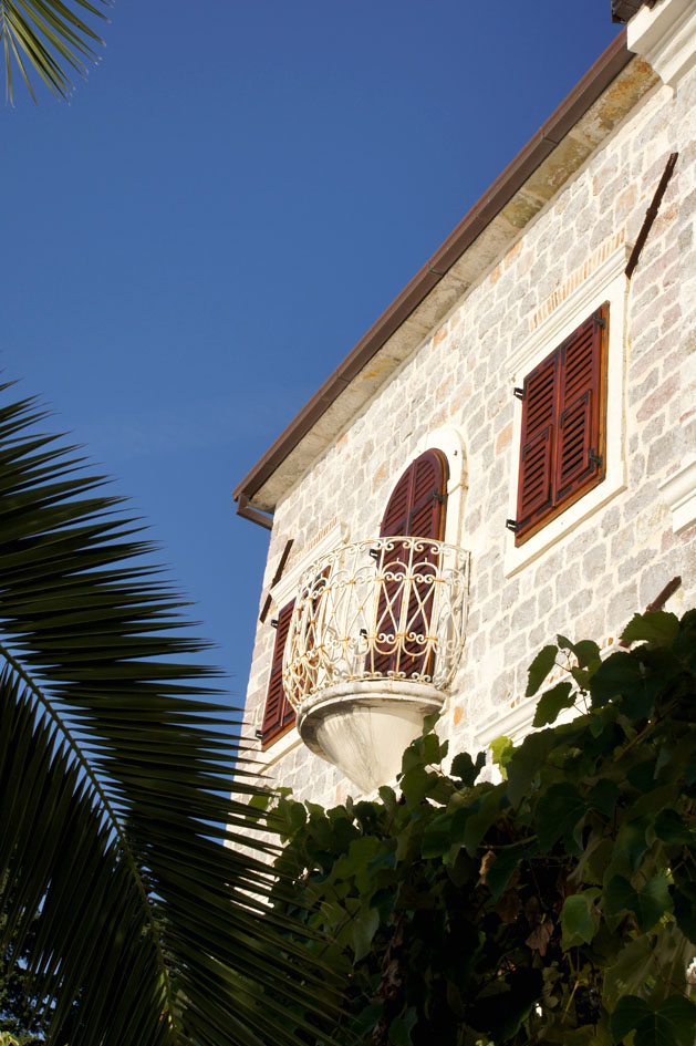 Hema_Montenegro_Lustica_peninsula_village_rose_old_balcony2_blog_voyage_travel15