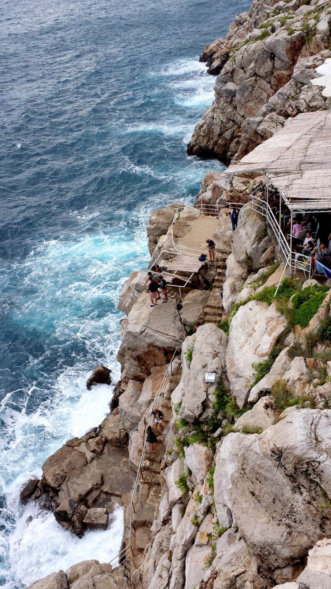 Hema_blog_mode_voyage_croatie_une_journee_a_dubrovnik_cafe_falaise