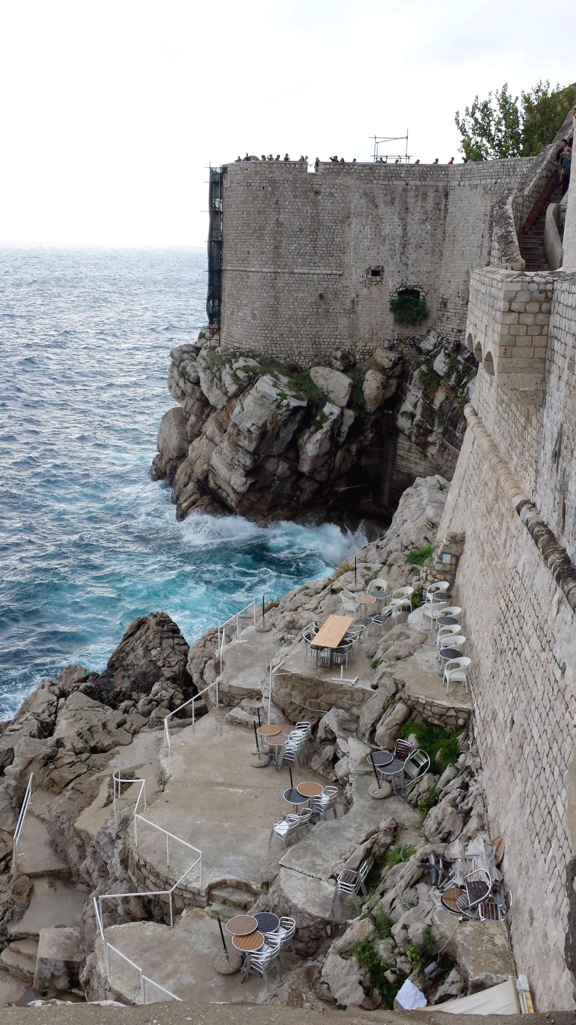 Hema_blog_mode_voyage_croatie_une_journee_a_dubrovnik_cafe_falaise2