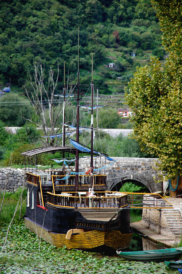 Hemaposesesvalises_bonnes_adresses_montenegro_vripazar_silistria_boat_navire_restaurant2