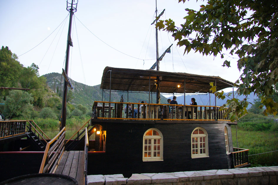 Hemaposesesvalises_bonnes_adresses_montenegro_vripazar_silistria_boat_navire_restaurant3