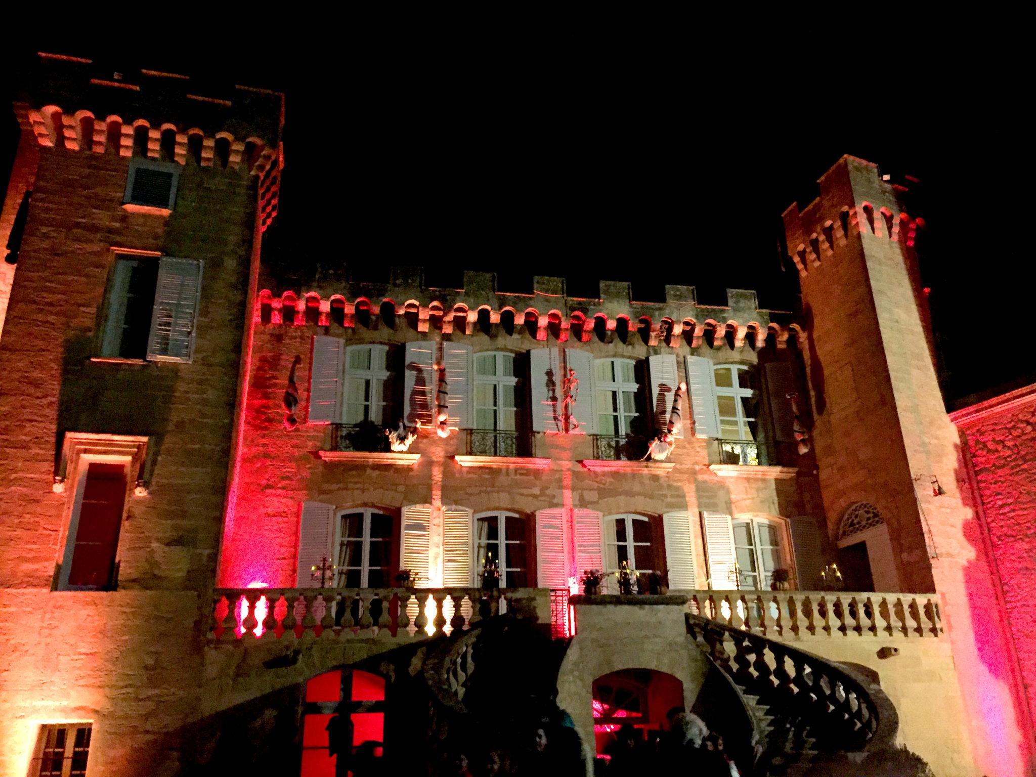 Hema_pose_ses_valises_halloween_chateau_de_la_barben_2