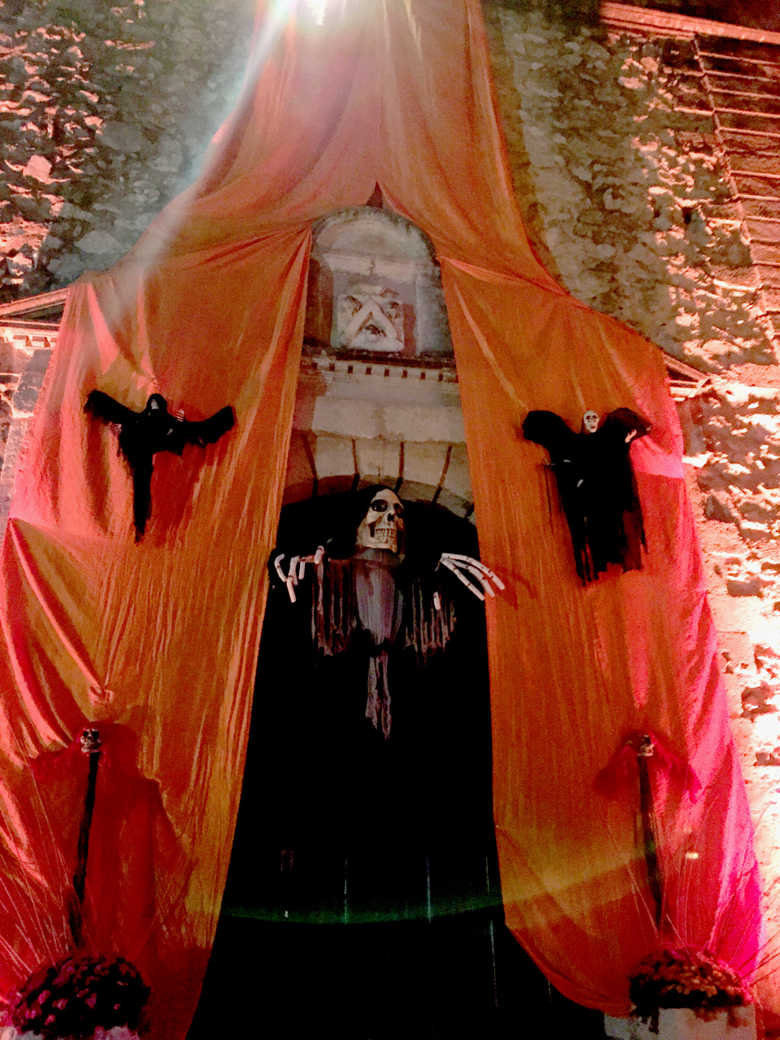 Hema_pose_ses_valises_halloween_chateau_de_la_barben_3