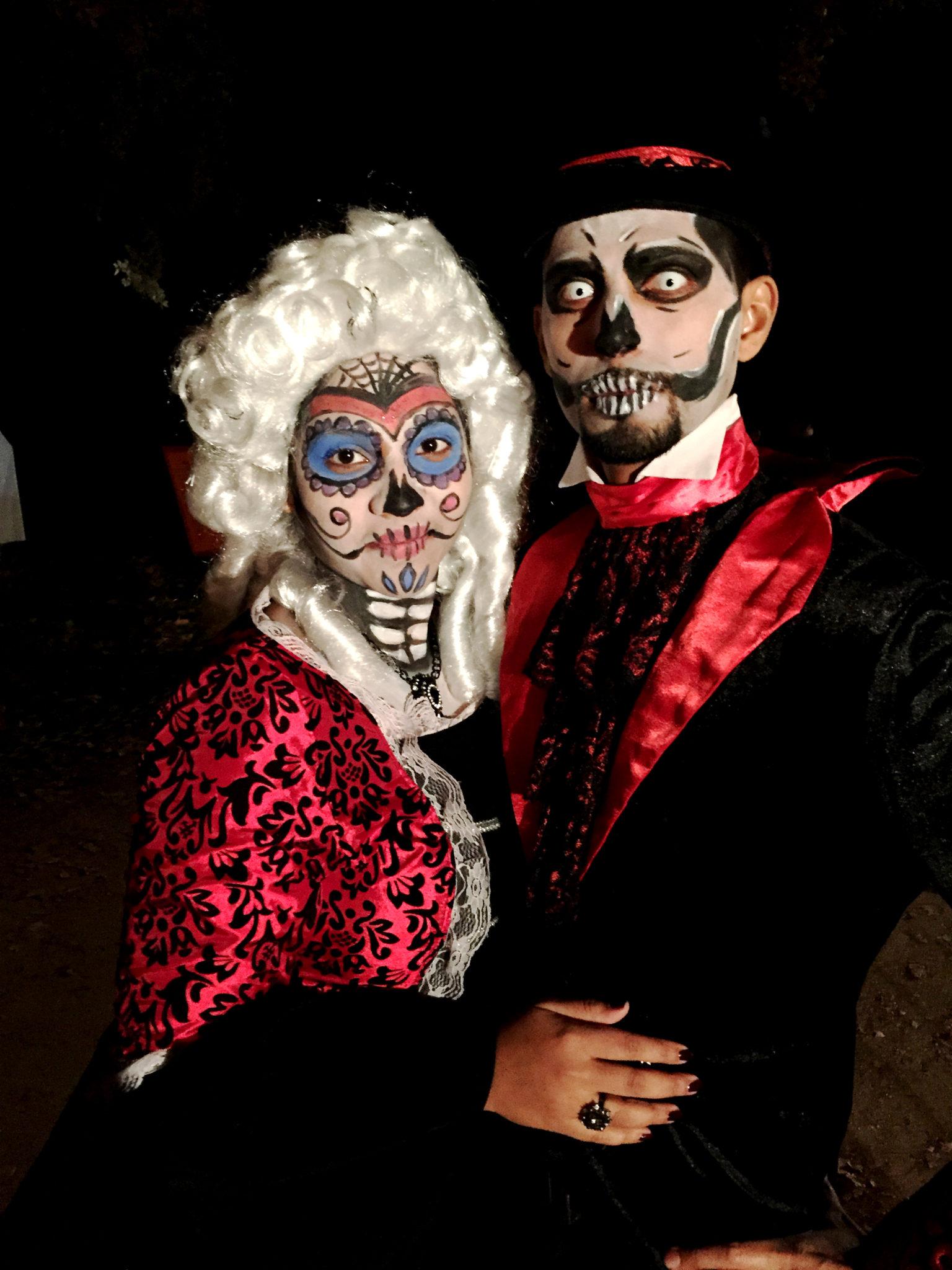 Hema_pose_ses_valises_halloween_marquise_comte_deguisement_couple_16