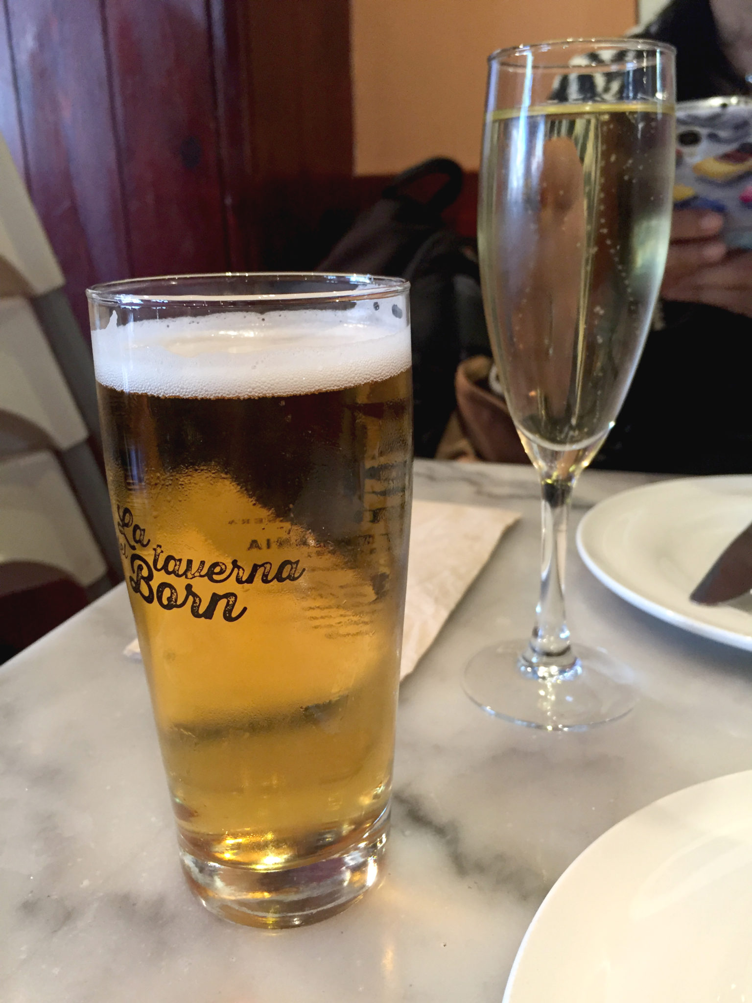 Hema_pose_ses_valises_barcelone_cityguide_adresse_tapas_2_la_taverna_del_born