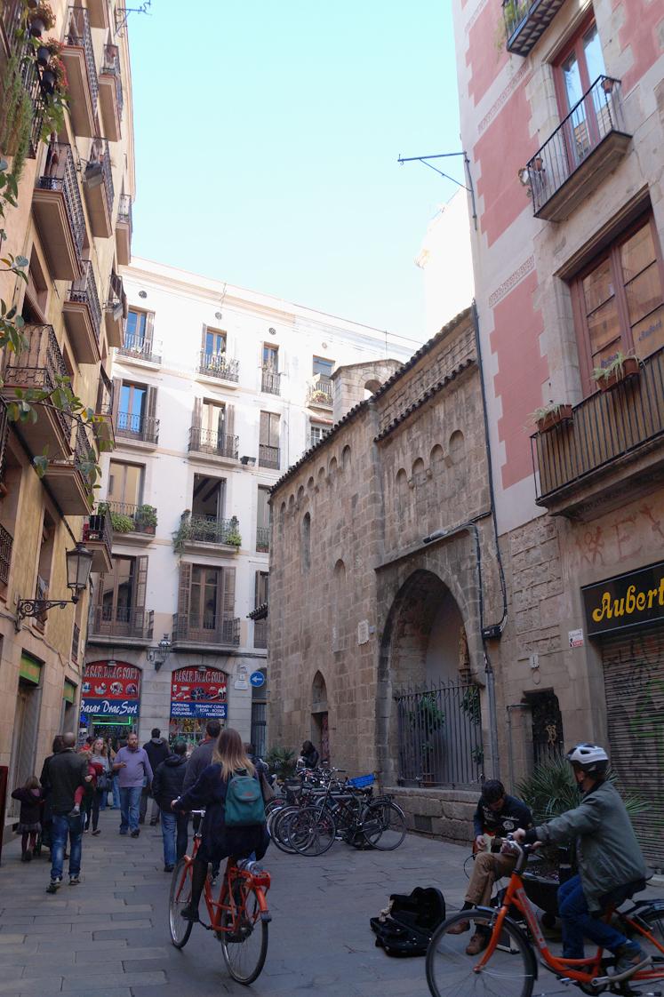 Hema_pose_ses_valises_barcelone_cityguide_el_born_2