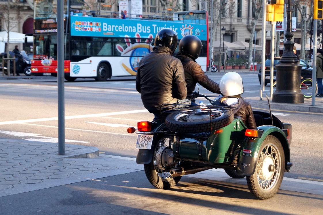 Hema_pose_ses_valises_barcelone_cityguide_espagnol