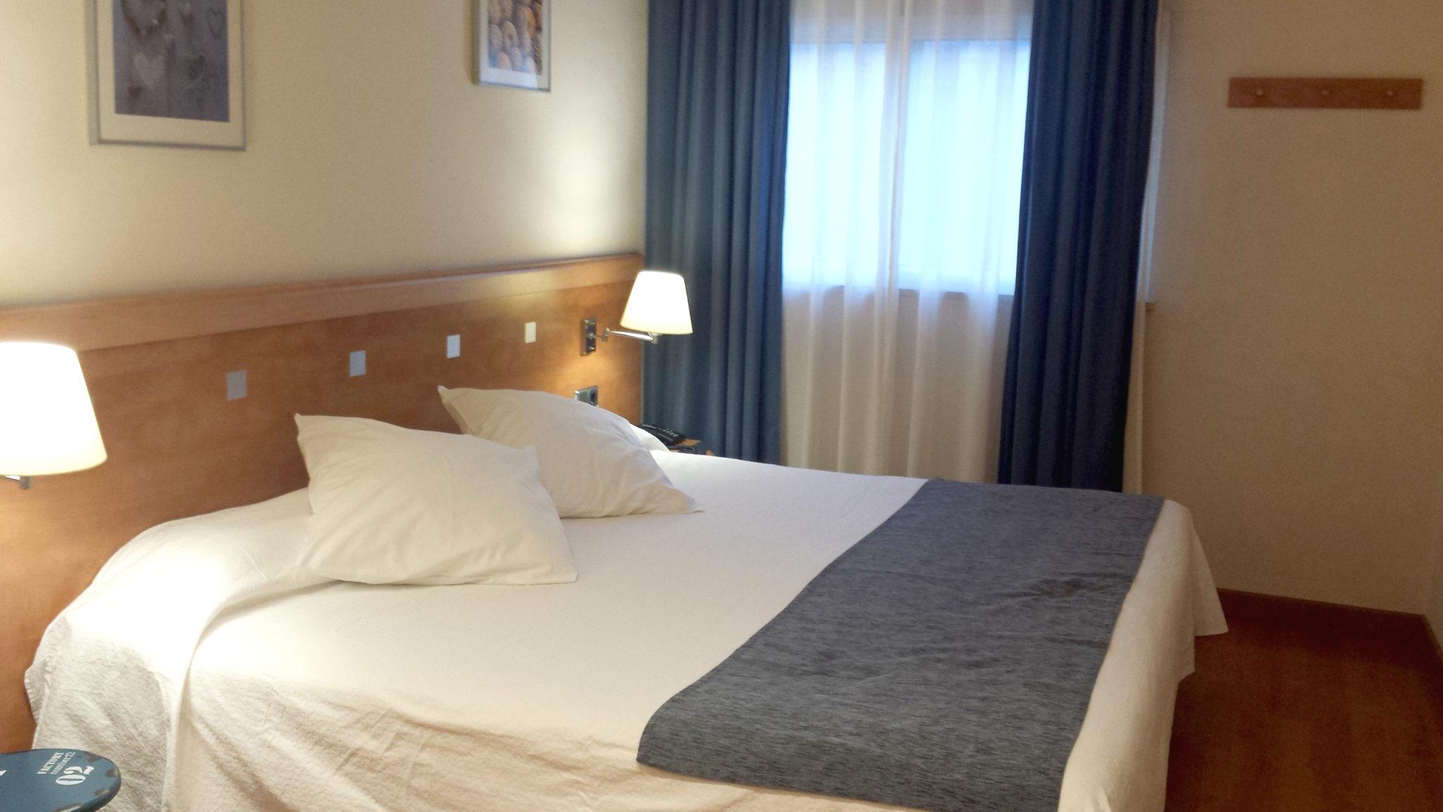 Hema_pose_ses_valises_barcelone_cityguide_hotel_antibes