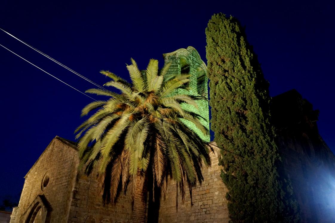 Hema_pose_ses_valises_barcelone_cityguide_iglesia_san_pau_del_camp