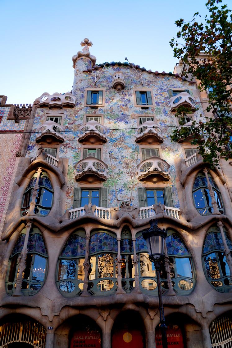 Hema_pose_ses_valises_barcelone_cityguide_la_casa_batllo_1