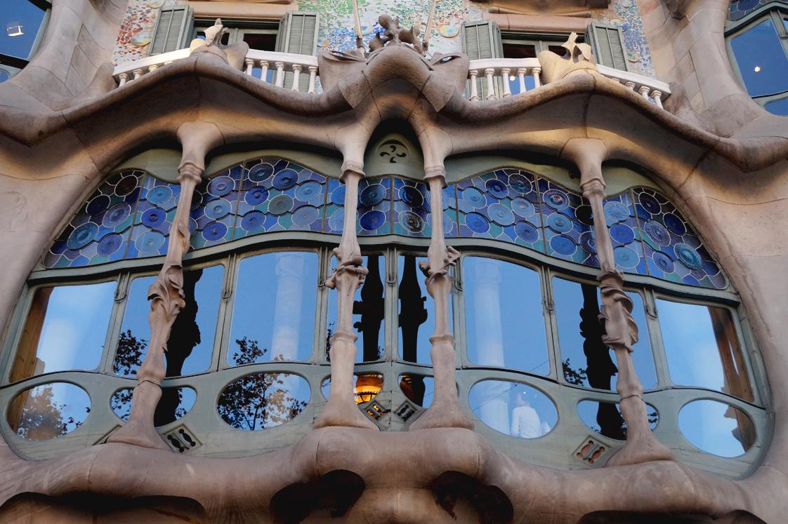 Hema_pose_ses_valises_barcelone_cityguide_la_casa_batllo_2