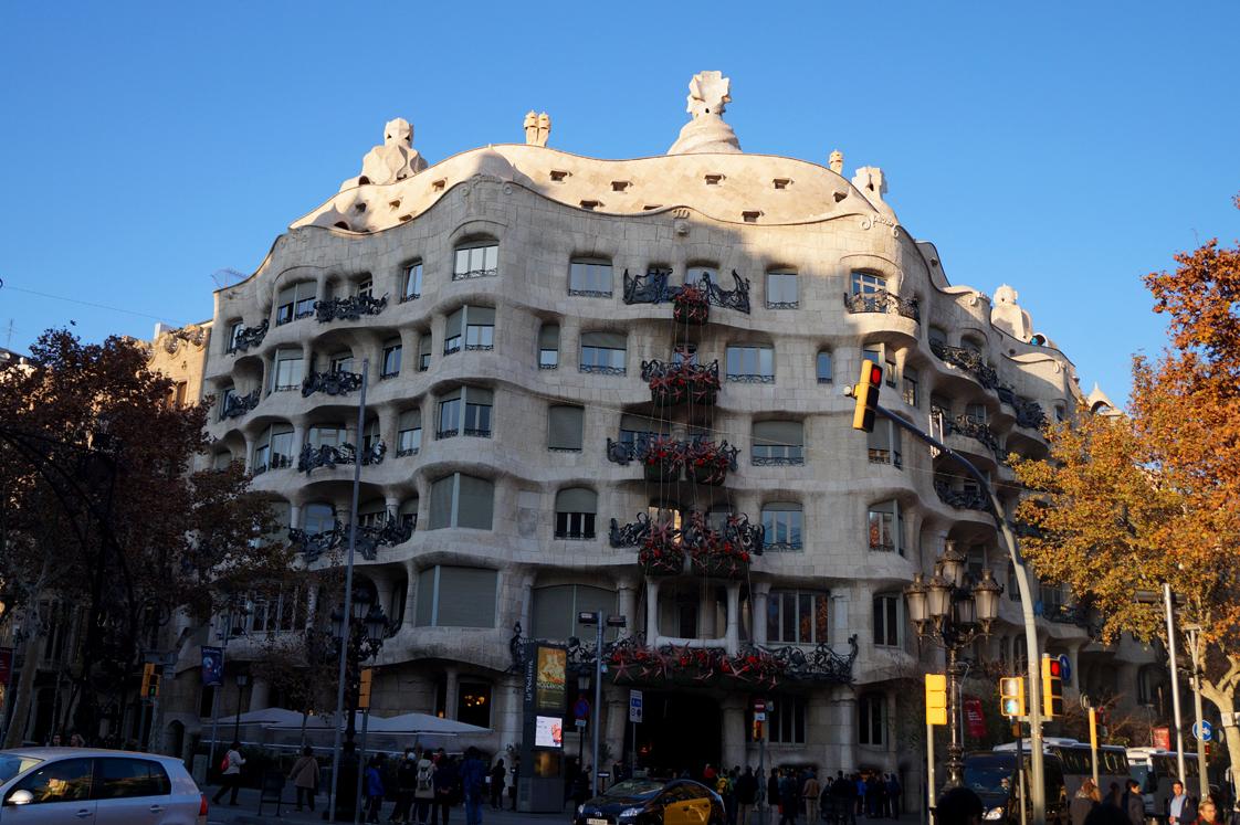 Hema_pose_ses_valises_barcelone_cityguide_la_casa_mila_la_pedrera_1