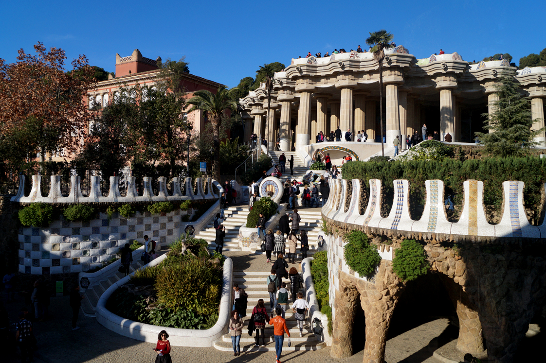 Hema_pose_ses_valises_barcelone_cityguide_parc_guell_1