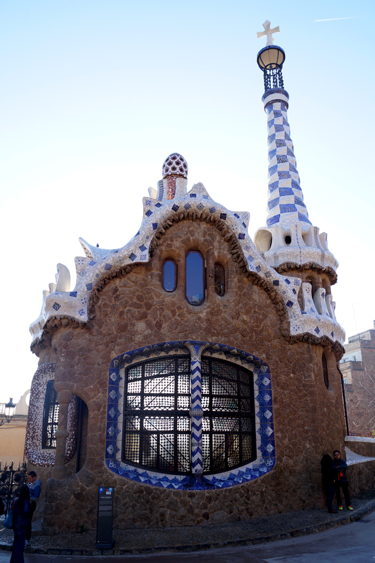 Hema_pose_ses_valises_barcelone_cityguide_parc_guell_3