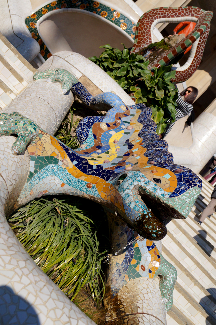 Hema_pose_ses_valises_barcelone_cityguide_parc_guell_5