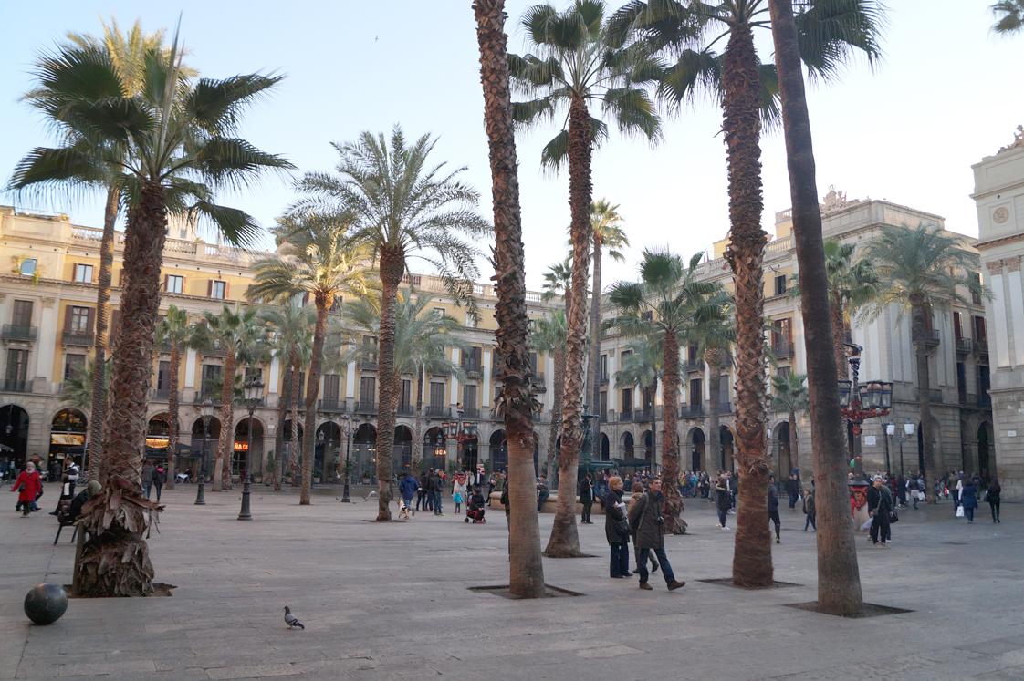 Hema_pose_ses_valises_barcelone_cityguide_placa_reial