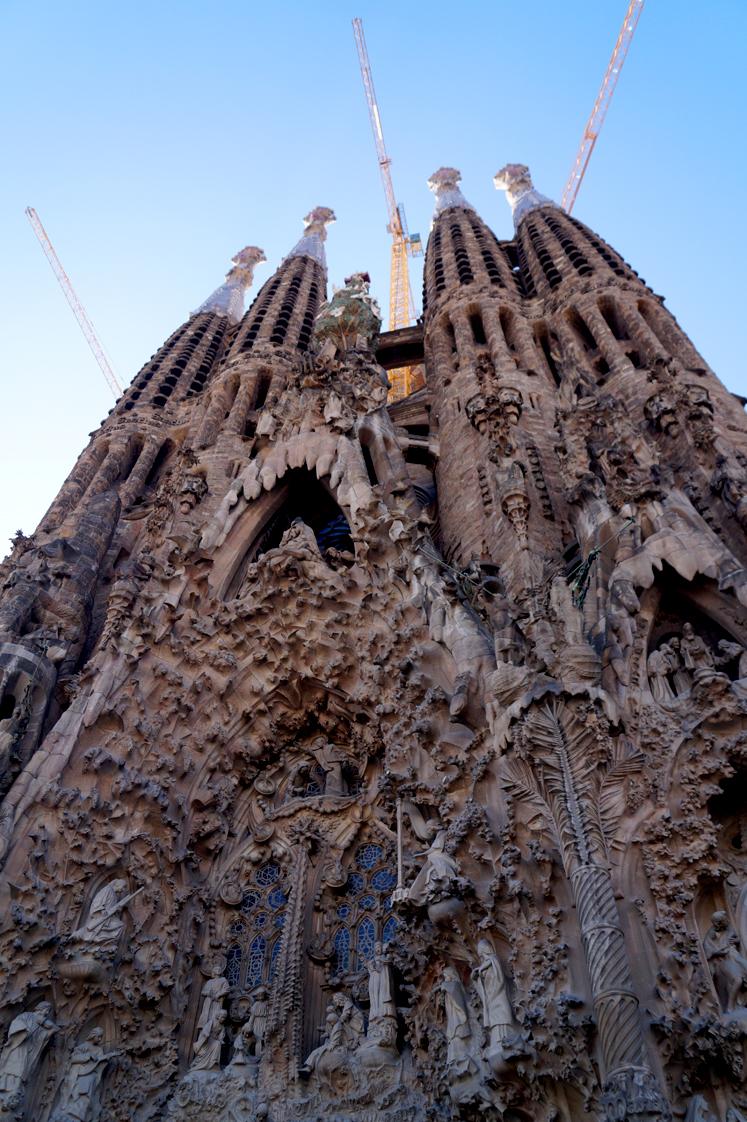 Hema_pose_ses_valises_barcelone_cityguide_sagrada_familia_2