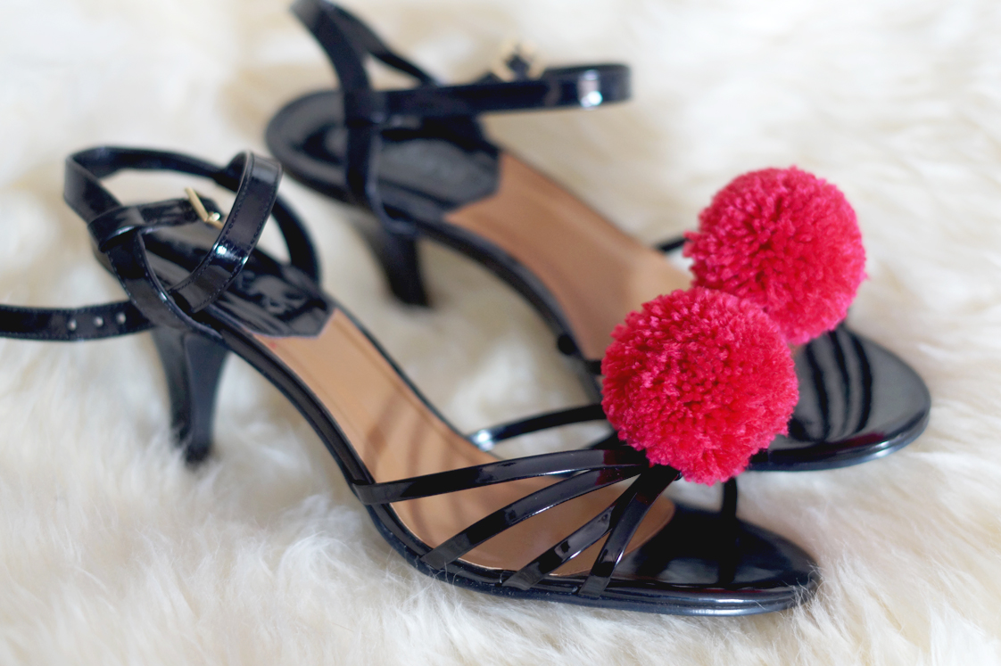 Hema_pose_ses_valises_diy_chaussures_pompons_doityourself_1