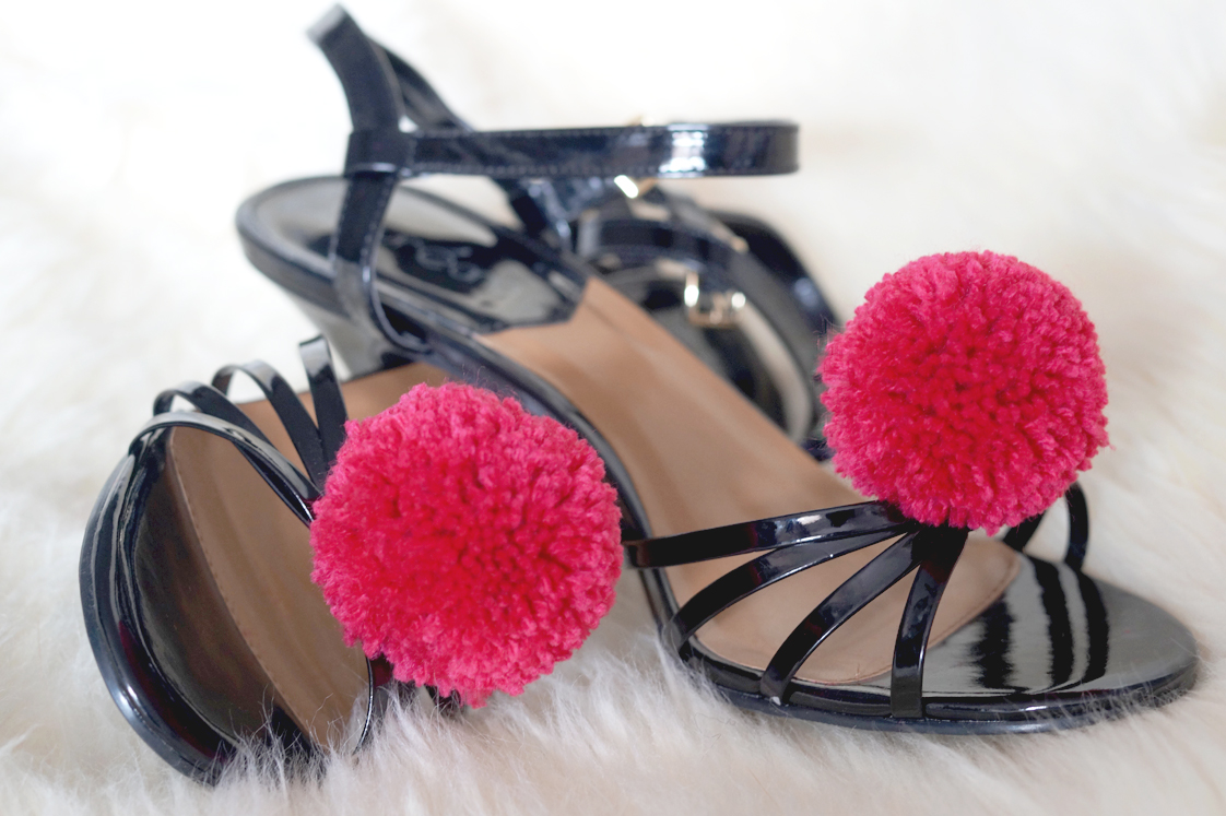 Hema_pose_ses_valises_diy_chaussures_pompons_doityourself_4