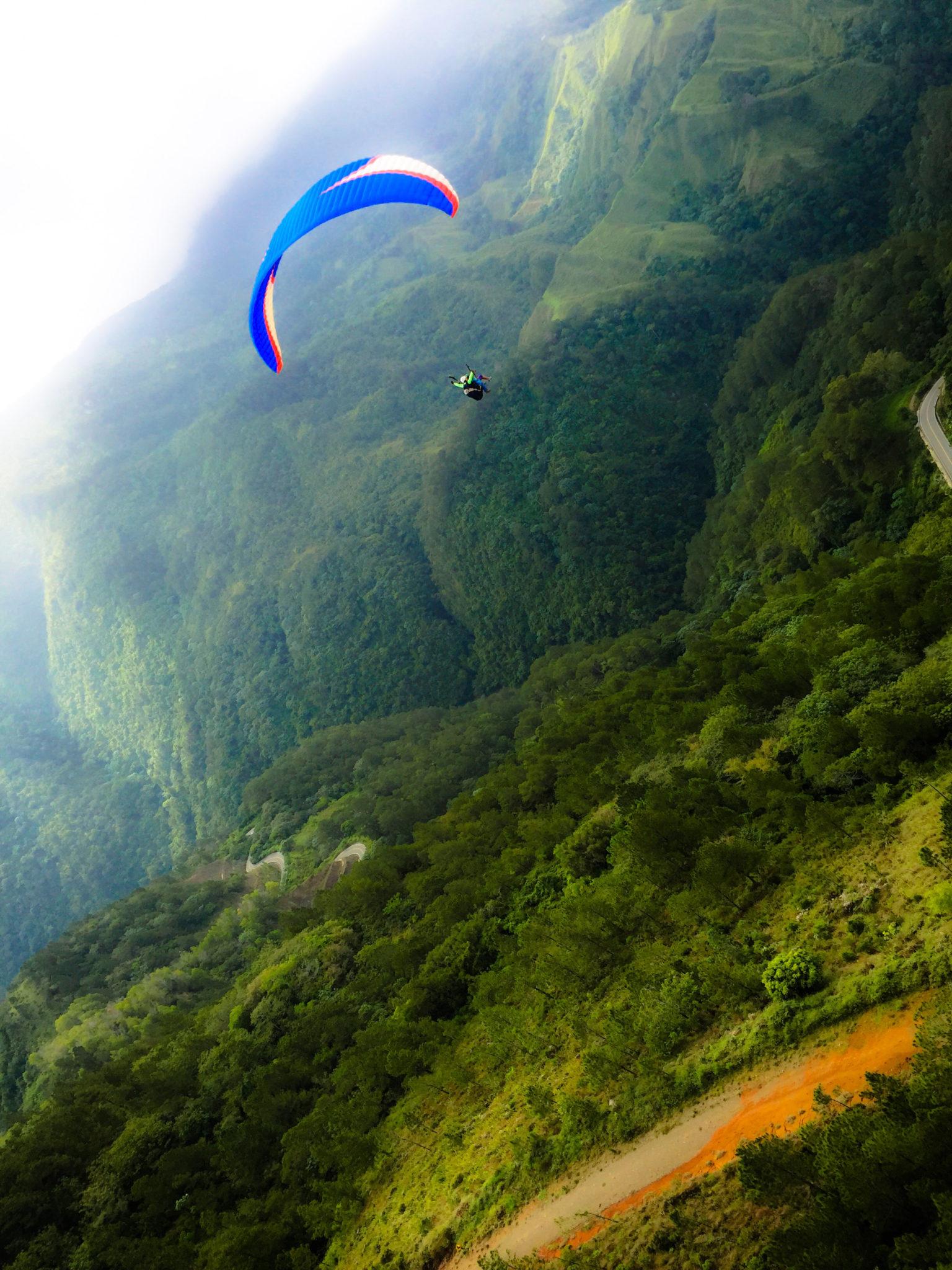 Hema_pose_ses_valises_parapente_roadtrip_republique_dominicaine_paragliding