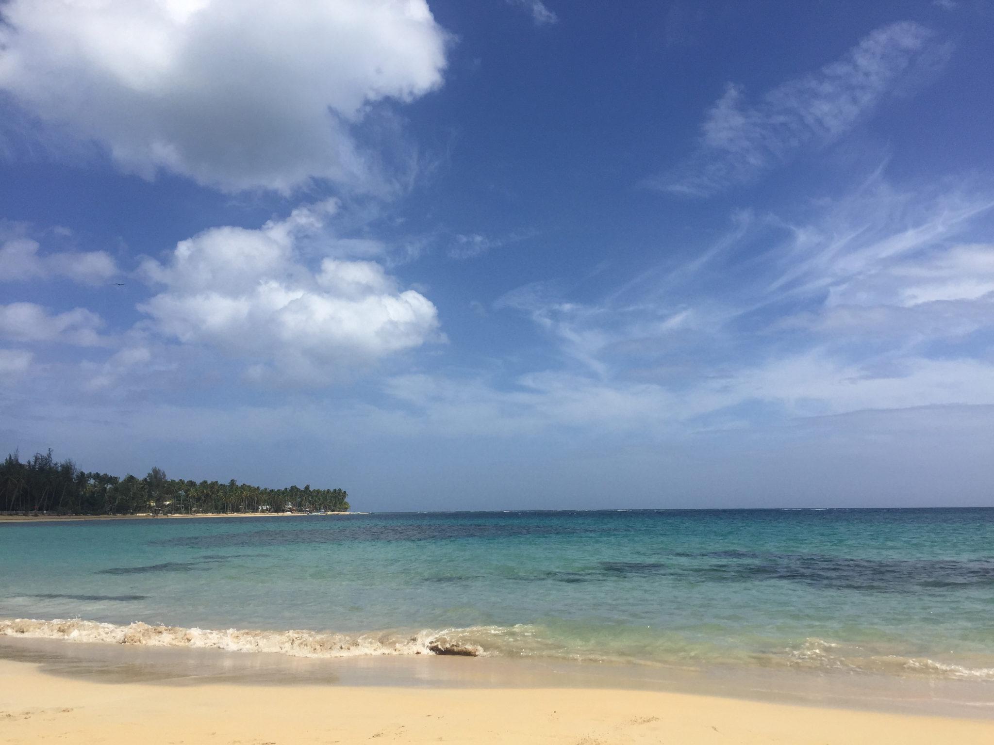 Hema_pose_ses_valises_republique_dominicaine_las_terrenas_plage_bleu_12