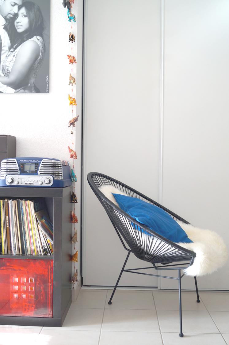 Hema_pose_ses_valises_deco_salon_fauteuil_copacabana_lecteur_vinyle
