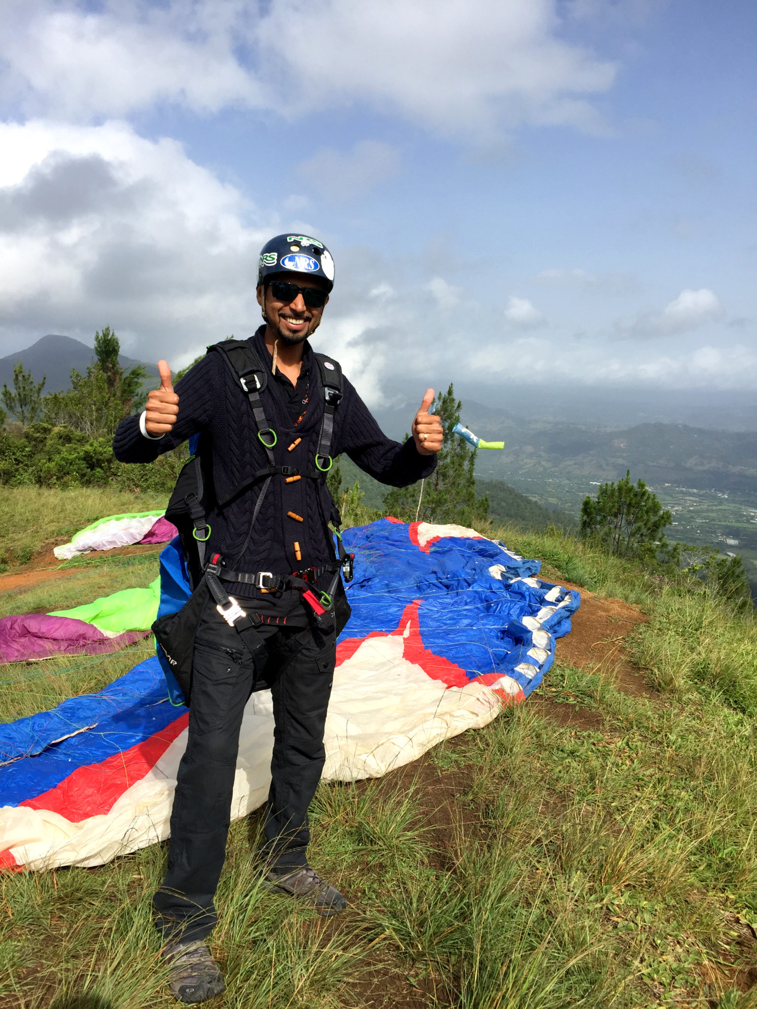 Republique_dominicaine_jarabacoa_parapente_hema_pose_ses_valises_chris