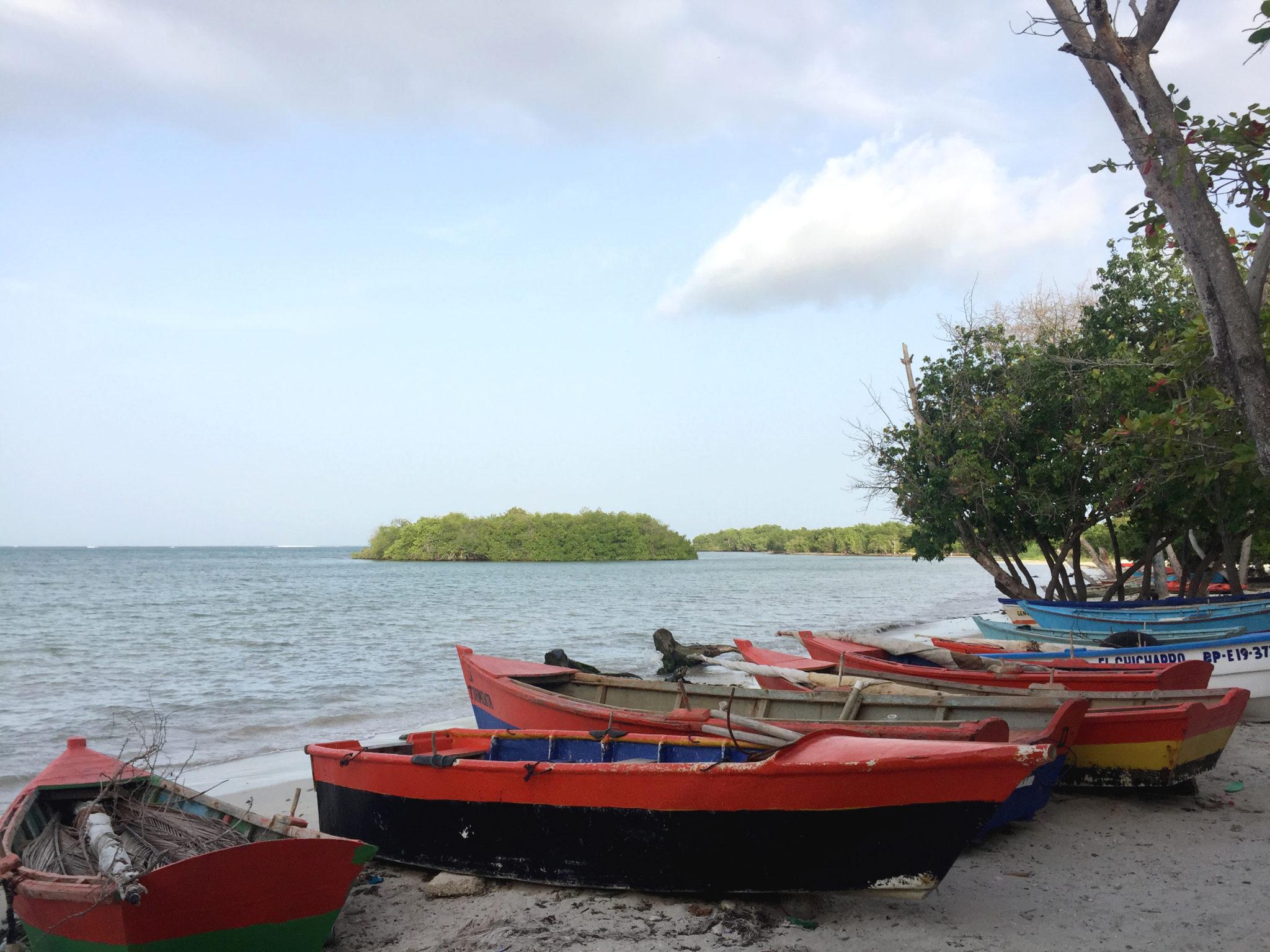 Roadtrip_republique_dominicaine_barahona_plage_bateau_pecheur_baie