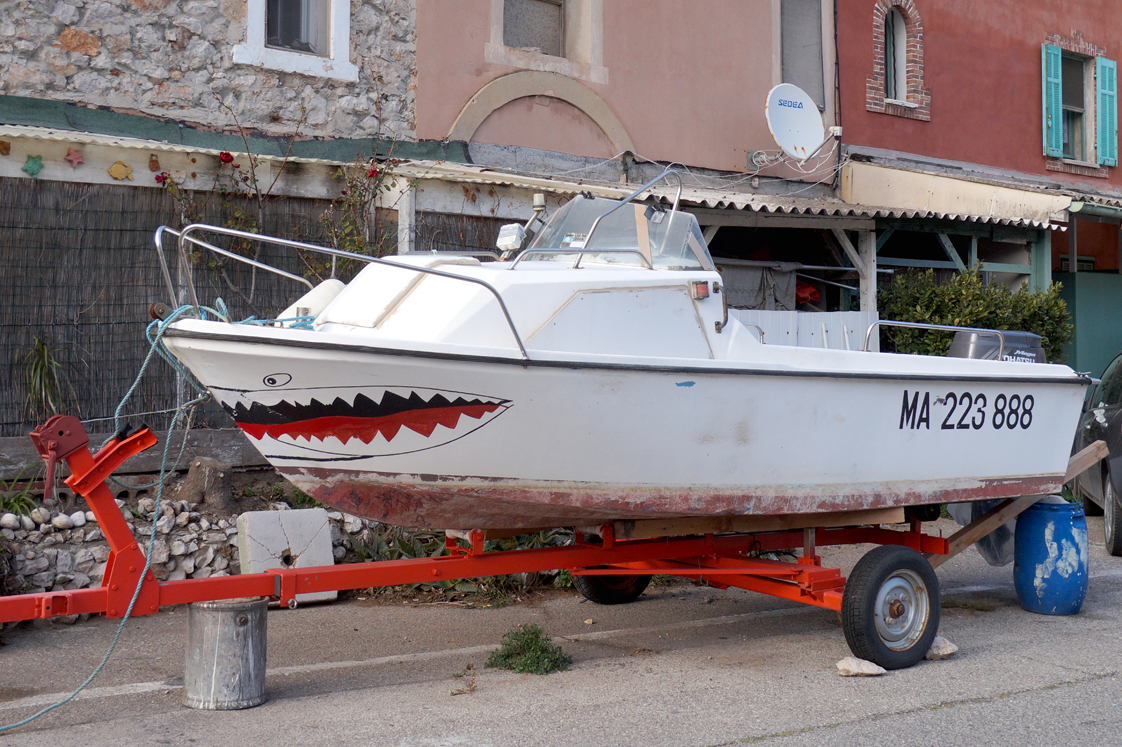 Marseille_port_callelongue_bateau_requin