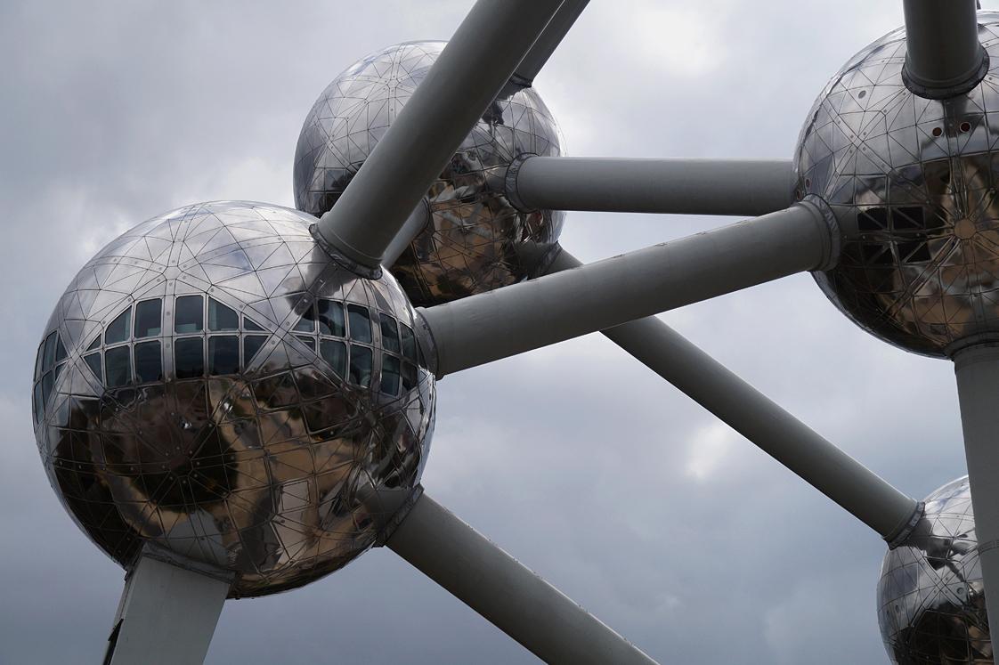 Hema_Bruxelles_atomimum_detail_boules_fenetres