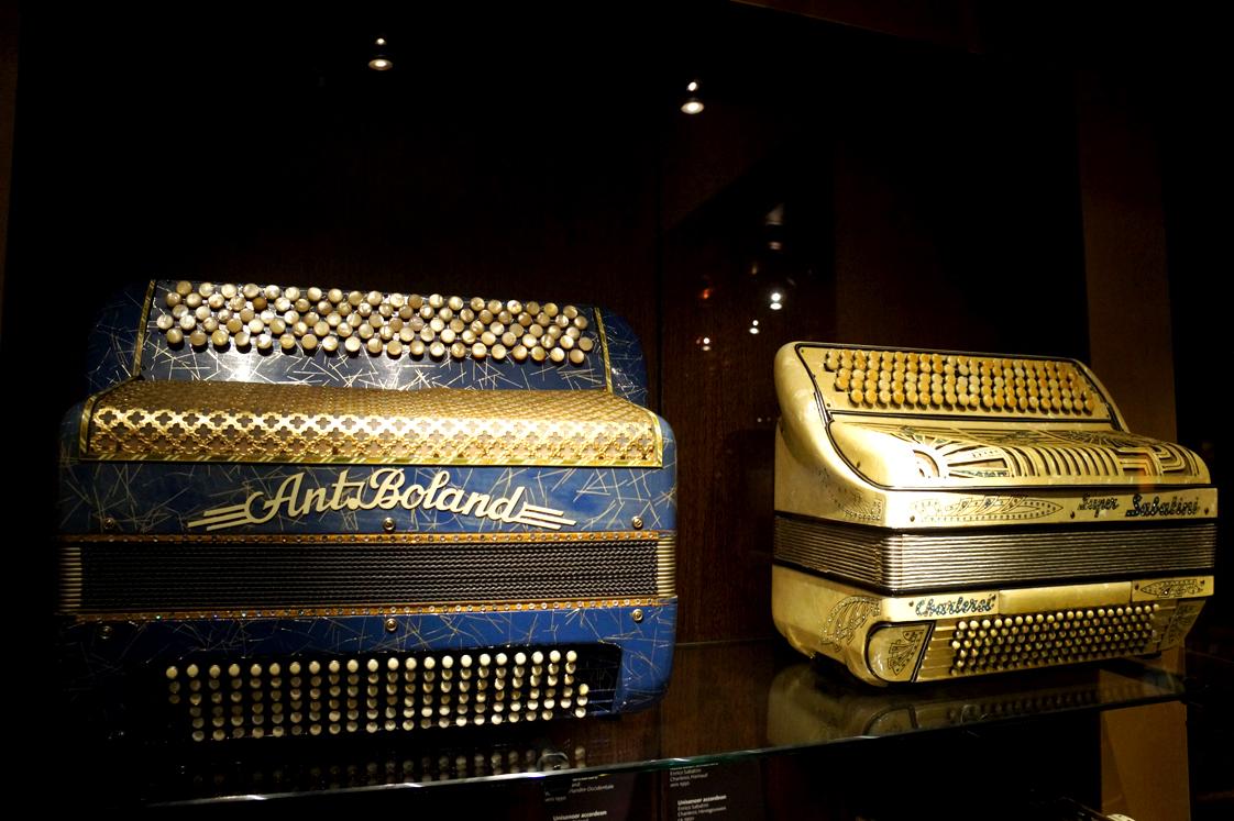 Hema_Bruxelles_Musee_instrument_musique_accordeons