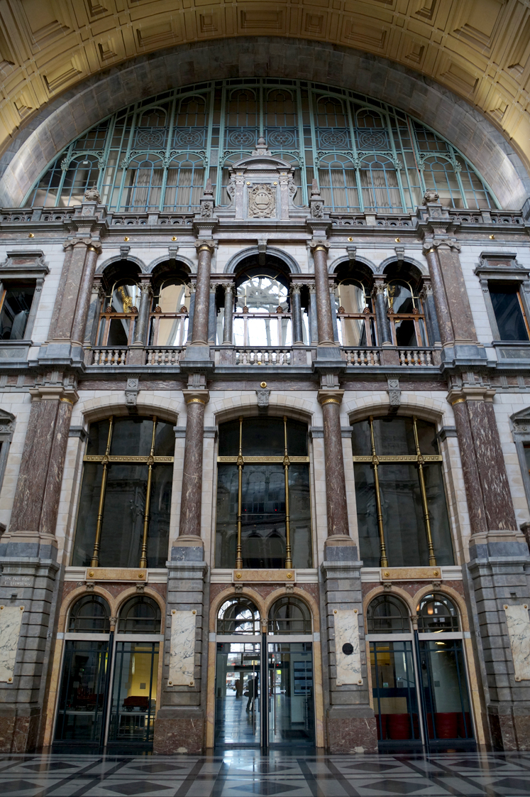 Hema_pose_ses_valises_anvers_architecture_gare