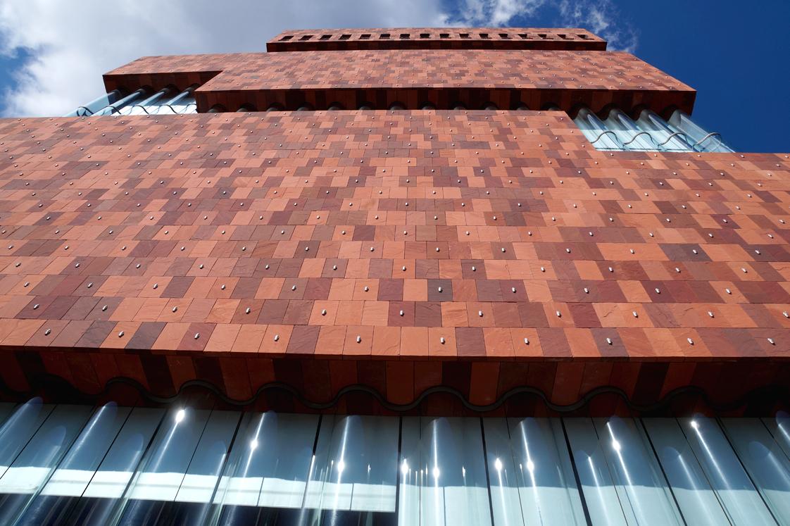 Hema_pose_ses_valises_anvers_architecture_museum_ann_de_stroom_mas