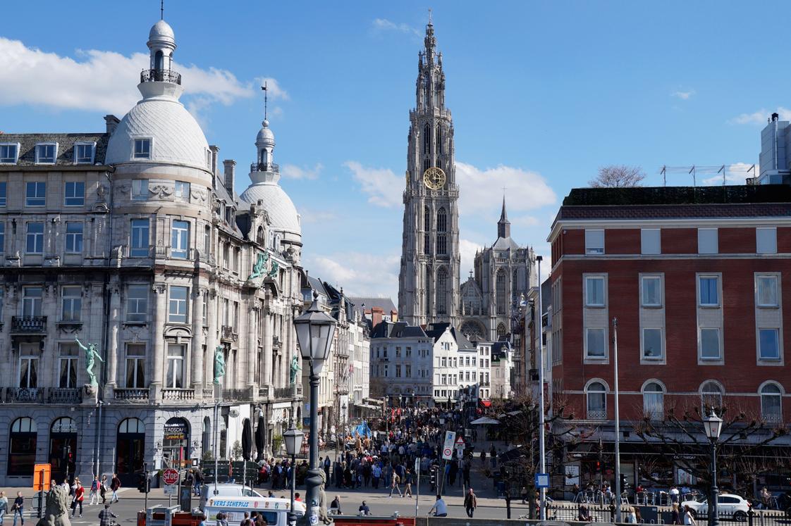 Hema_pose_ses_valises_anvers_centre-historique_ville