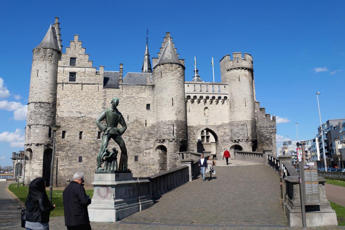 Hema_pose_ses_valises_anvers_chateau_fleuve