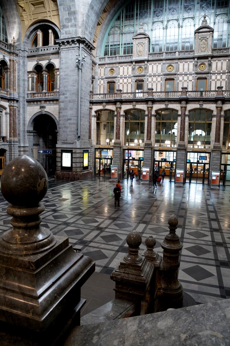 Hema_pose_ses_valises_anvers_escalier_gare