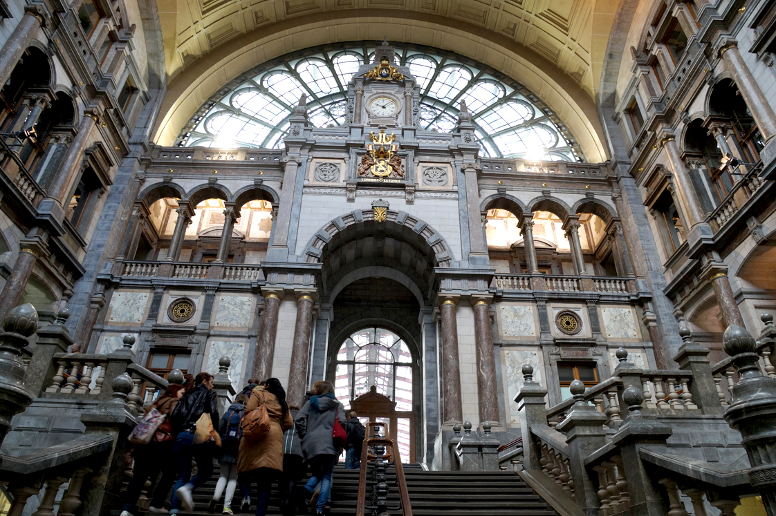 Hema_pose_ses_valises_anvers_grand_escalier_gare