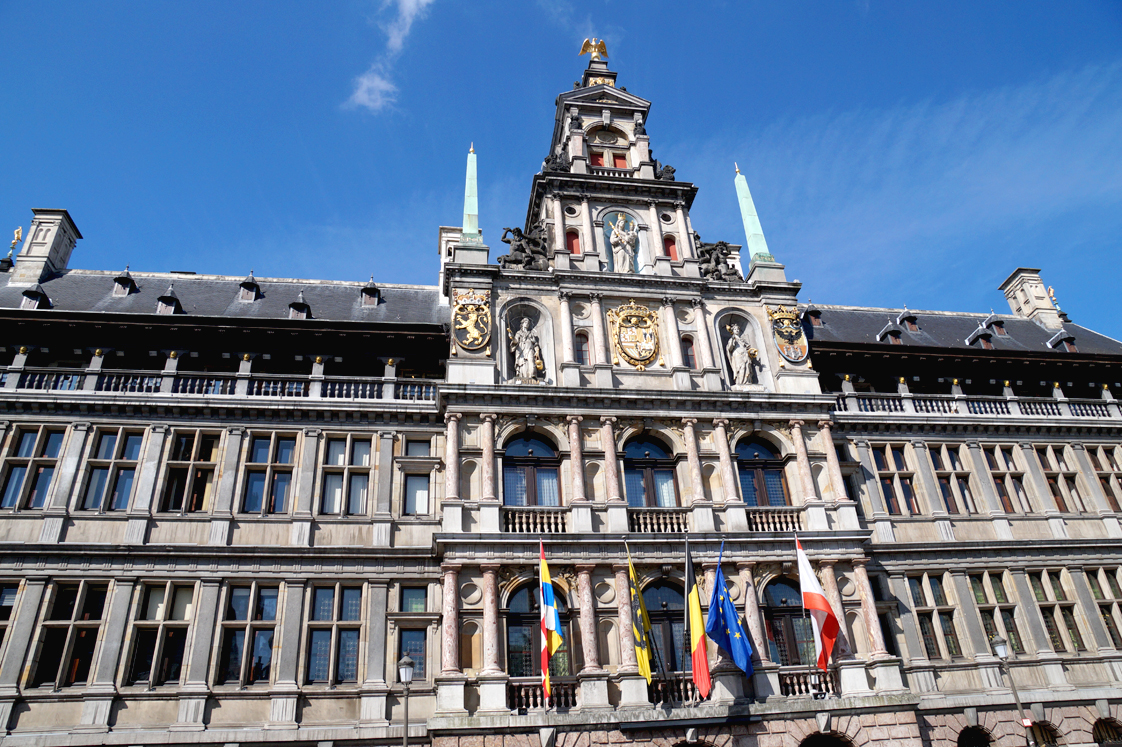 Hema_pose_ses_valises_anvers_grand_place_mairie