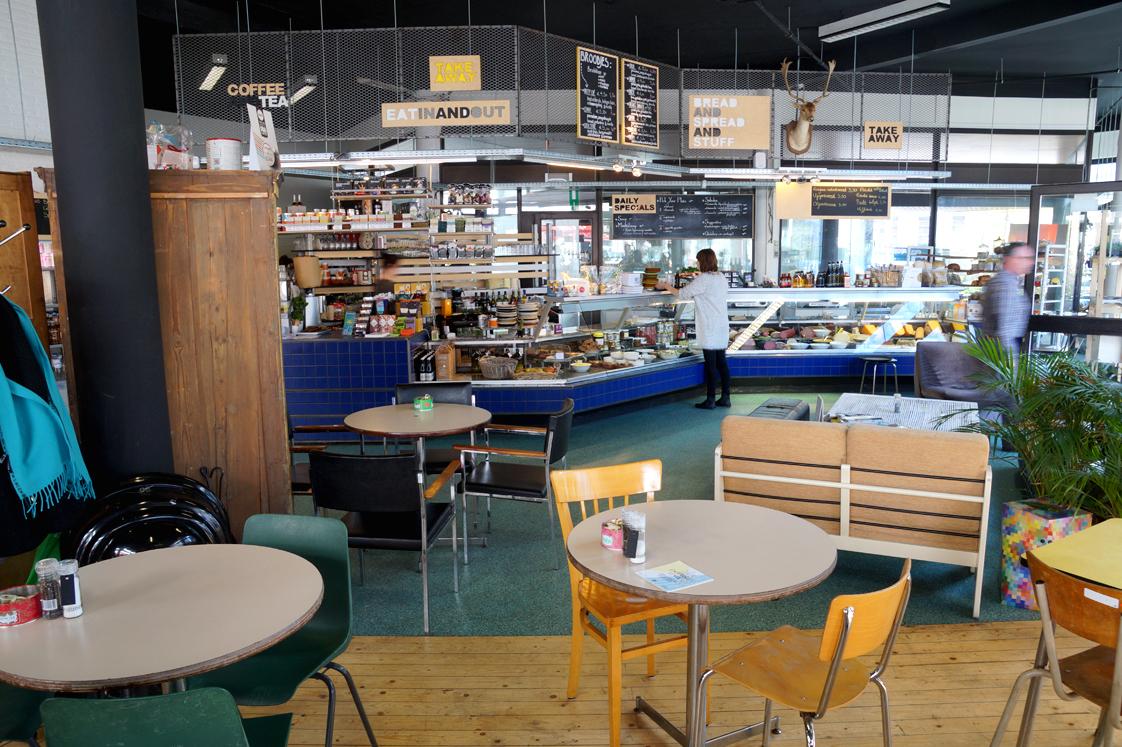 Hema_pose_ses_valises_anvers_localstore_restaurant