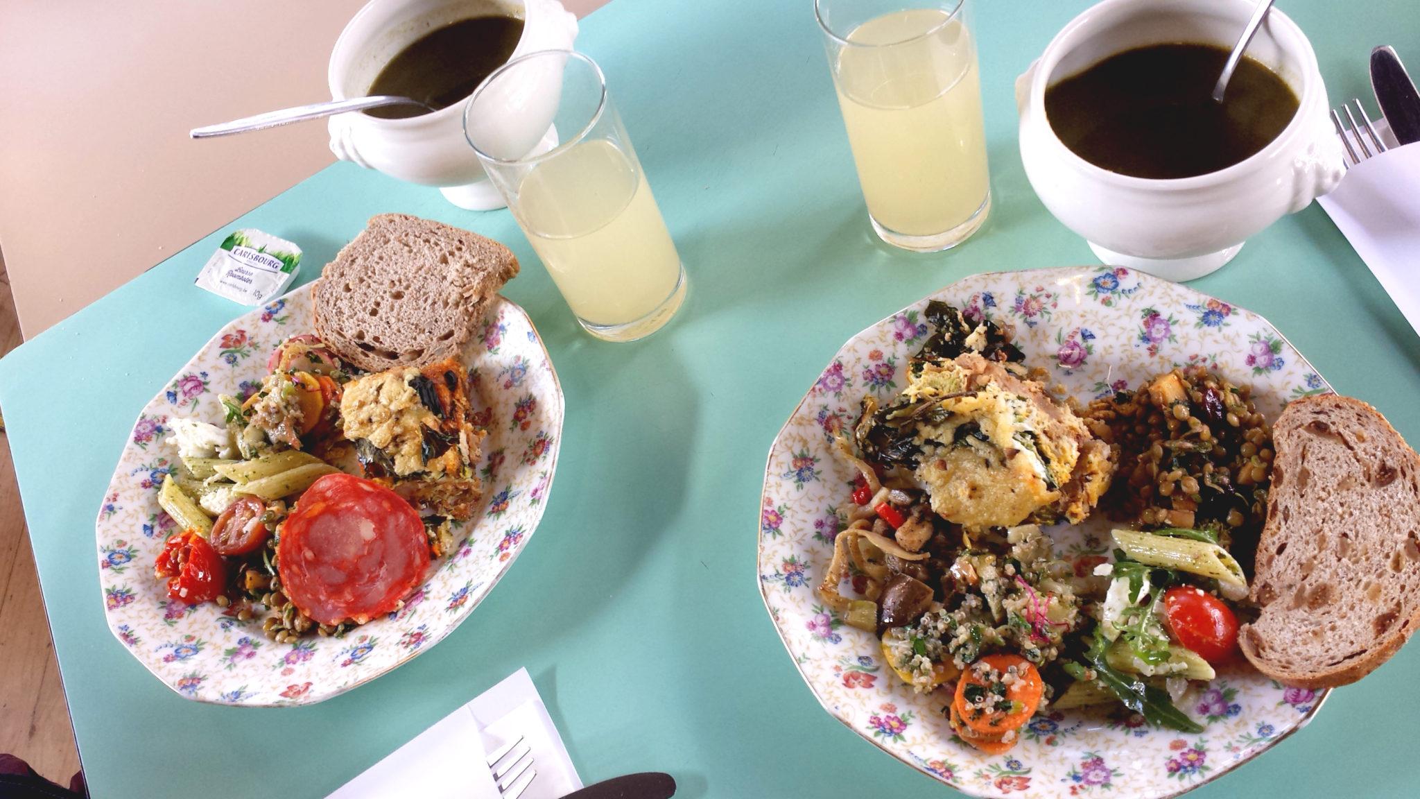 Hema_pose_ses_valises_anvers_localstore_restaurant_repas_green