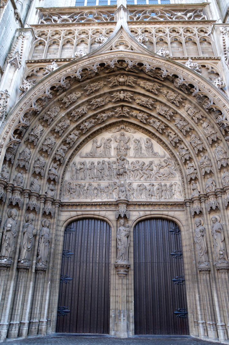 Hema_pose_ses_valises_anvers_porte_cathedrale
