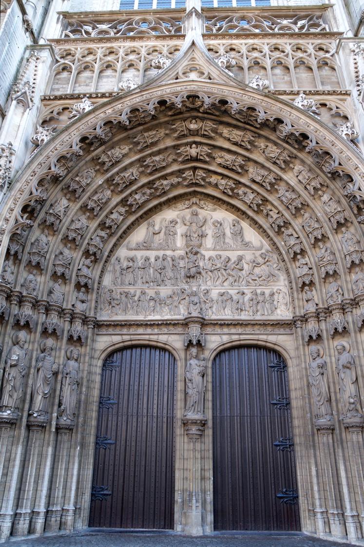 Hema_pose_ses_valises_anvers_porte_cathedrale