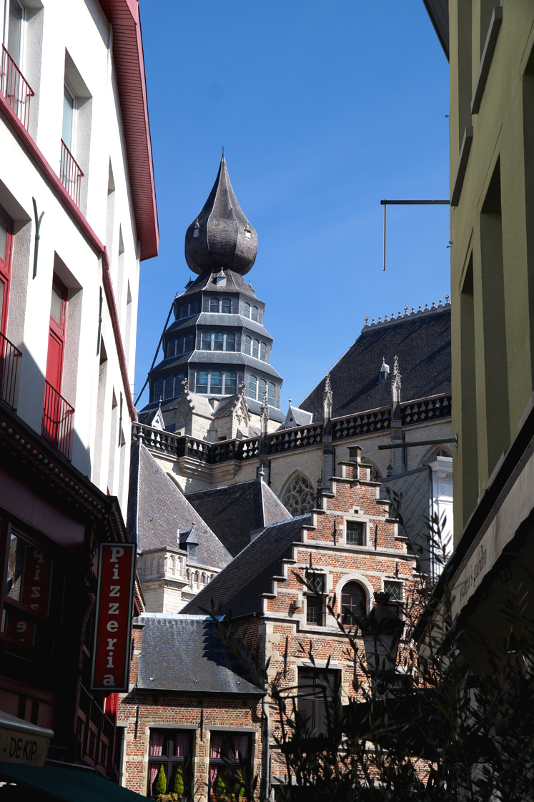 Hema_pose_ses_valises_anvers_rue_architecture