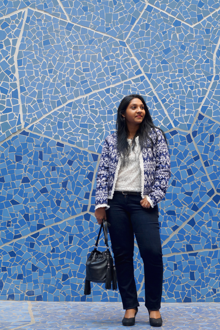Hema_pose_ses_valises_blue_on_blue_look_blog_mode_docks_marseille_veste_boho_2
