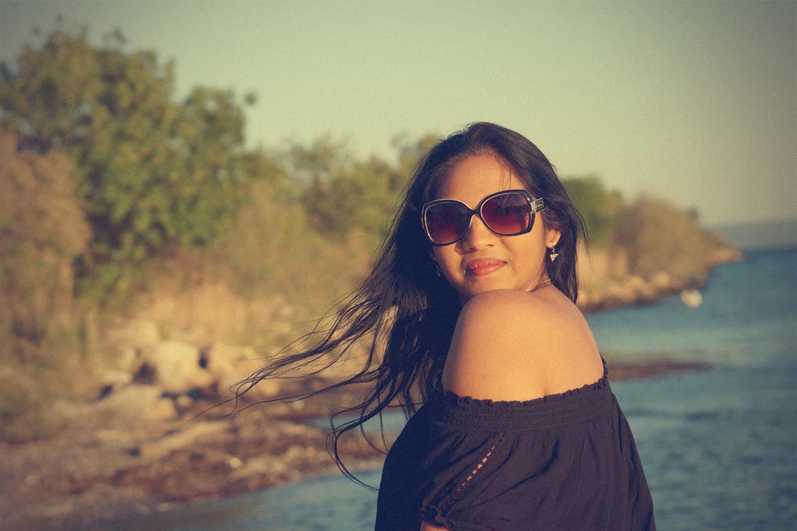 Hema_pose_ses_valises_la_petite_camargue_bardot_lunettes