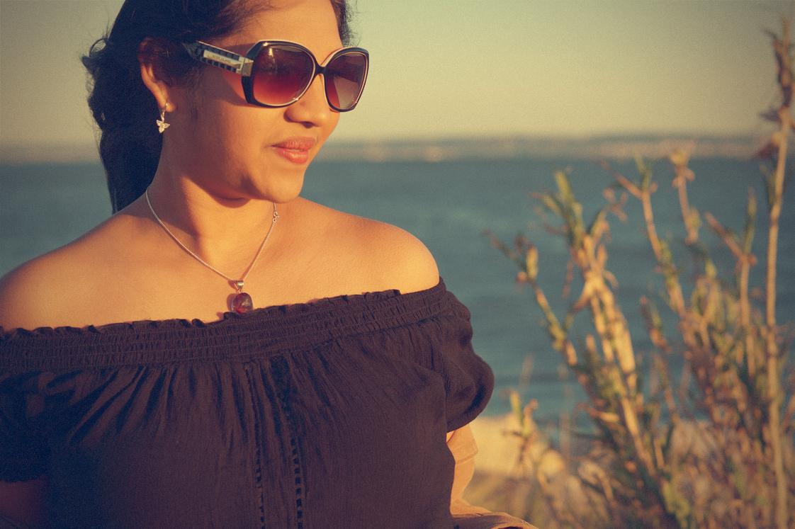 Hema_pose_ses_valises_la_petite_camargue_bardot_lunettes_vintage