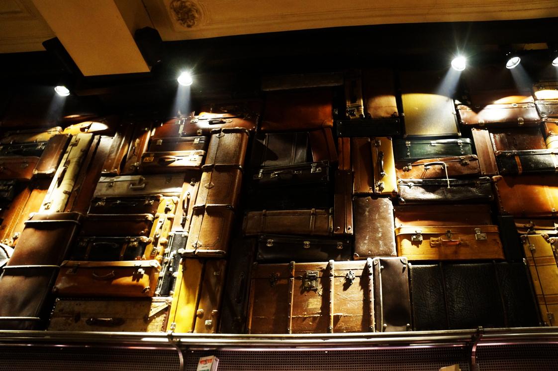 Hema_Bruxelles_bonnes_adresses_restaurant_cercle_des_voyageurs_mur_valises