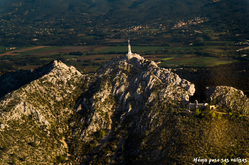 Hema_up_in_the_air_mont_sainte_victoire_croix